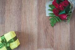 Rosas vermelhas e caixa amarela Fotos de Stock Royalty Free