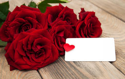 Rosas vermelhas e cartão fotografia de stock