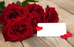 Rosas vermelhas e cartão imagens de stock