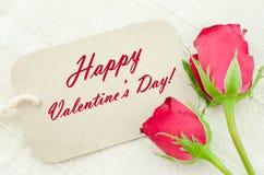 Rosas vermelhas e cartão do Valentim feliz fotos de stock