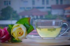 Rosas vermelhas e chá aromático imagens de stock royalty free