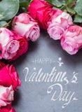 Rosas vermelhas e cor-de-rosa na tabela Fotos de Stock Royalty Free