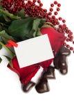 Rosas vermelhas e doces em uma forma de um coração Imagem de Stock