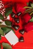 Rosas vermelhas e doces em uma forma de um coração Imagens de Stock Royalty Free