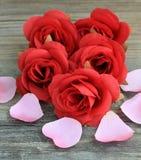 Rosas vermelhas e pétalas Fotografia de Stock
