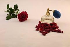 Rosas vermelhas e perfume Imagens de Stock Royalty Free