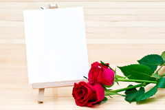 Rosas vermelhas e sinal em branco Imagens de Stock Royalty Free