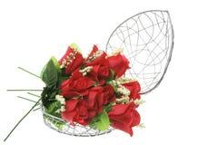 Rosas vermelhas em caixa Heart-Shaped do metal imagens de stock royalty free