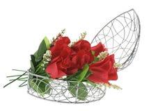 Rosas vermelhas em caixa Heart-Shaped do metal fotos de stock royalty free