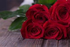Rosas vermelhas em pranchas de madeira Fundo do dia de Valentim imagens de stock