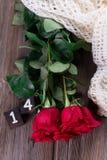 Rosas vermelhas em pranchas de madeira Fundo do dia de Valentim fotografia de stock royalty free
