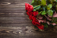Rosas vermelhas em um fundo rústico Imagens de Stock Royalty Free