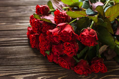 Rosas vermelhas em um fundo rústico Foto de Stock Royalty Free