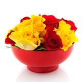 Rosas vermelhas em uns copos de ovo amarelos Foto de Stock