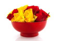 Rosas vermelhas em uns copos de ovo amarelos Imagens de Stock