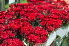 Rosas vermelhas frescas bonitas no flowermarket Florista por atacado Conceito varejo e bruto da loja de flor do corte fotos de stock