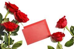 Rosas vermelhas frescas e papel vazio para notas no fundo branco Fotos de Stock Royalty Free