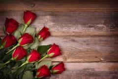 Rosas vermelhas na madeira velha fotografia de stock royalty free