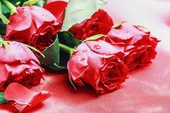 Rosas vermelhas na tabela Imagem de Stock Royalty Free