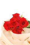 Rosas vermelhas na tela de creme imagens de stock
