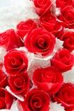 Rosas vermelhas no bolo de casamento Fotografia de Stock