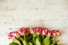 Rosas vermelhas no fundo de madeira foto de stock