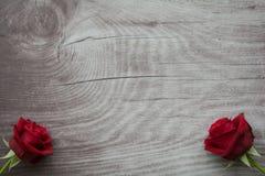 Rosas vermelhas no fundo de madeira vazio Foto de Stock Royalty Free