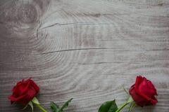 Rosas vermelhas no fundo de madeira vazio Fotos de Stock Royalty Free
