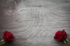 Rosas vermelhas no fundo de madeira vazio Foto de Stock