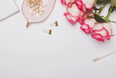 Rosas y accesorios femeninos lindos en la tabla blanca Fotografía de archivo libre de regalías