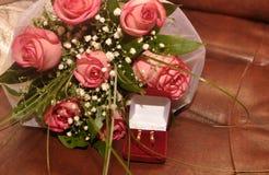 Rosas y anillo de oro Fotografía de archivo libre de regalías