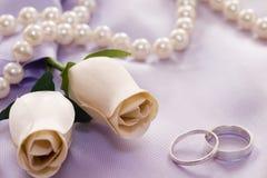 Rosas y anillos de bodas Fotografía de archivo libre de regalías