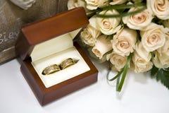Rosas y anillos de bodas en rectángulo Fotografía de archivo libre de regalías