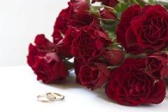 Rosas y anillos rojos Fotos de archivo