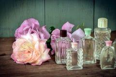Rosas y botellas de cristal del vintage Imagenes de archivo