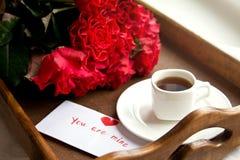 Rosas y café para el día de tarjeta del día de San Valentín Fotos de archivo libres de regalías