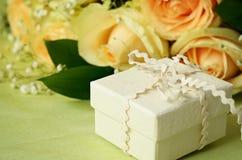 Rosas y caja de regalo Imagen de archivo
