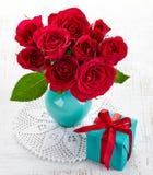 Rosas y caja de regalo Fotografía de archivo libre de regalías