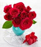 Rosas y caja de regalo Imágenes de archivo libres de regalías