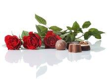 Rosas y chocolate Imágenes de archivo libres de regalías