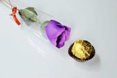 Rosas y chocolate púrpuras Foto de archivo libre de regalías
