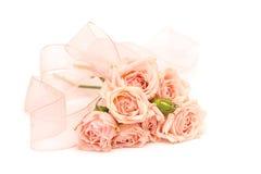 Rosas y cintas rosadas en el fondo blanco Imágenes de archivo libres de regalías