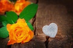Rosas y corazón, el día de tarjeta del día de San Valentín, el día de madre Imagenes de archivo