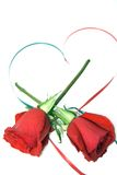 Rosas y corazón rojos de la cinta imágenes de archivo libres de regalías
