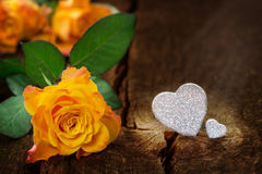 Rosas y corazones, el día de tarjeta del día de San Valentín Fotos de archivo