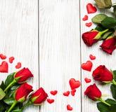 Rosas y corazones rojos Imagenes de archivo