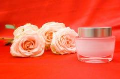 Rosas y crema de la belleza Imágenes de archivo libres de regalías