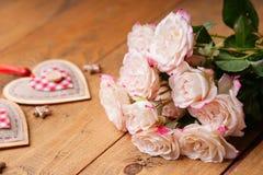 Rosas y dimensiones de una variable del corazón Fotos de archivo