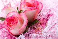 Rosas y dos anillos de bodas Imagen de archivo