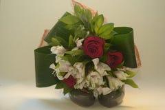 Rosas y flores en los zapatos verdes Fotos de archivo libres de regalías